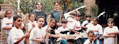 Crianças atendidas pelo Instituto Rolling Stone Brasil têm aulas com guitarras doadas.