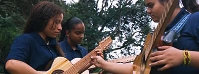 Projeto Luthier constroi e doa instrumentos em Minas Gerais.
