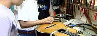 Aprendizes de luthieria precisam de instrumentos usados para poder 'disseca-los'.