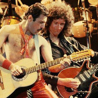 Brian May tocando a red special com o queen